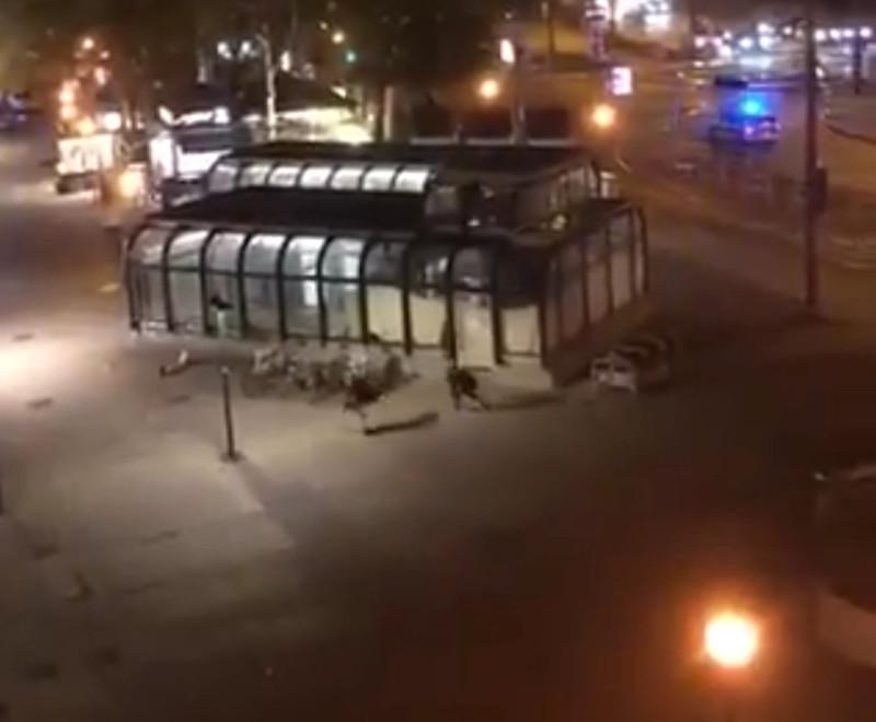 Η στιγμή που οι δύο φίλοι τρέχουν να καλυφθούν απ' τα πυρά του μακελάρη της Βιέννης, λίγο αφότου έσωσαν μια γυναίκα