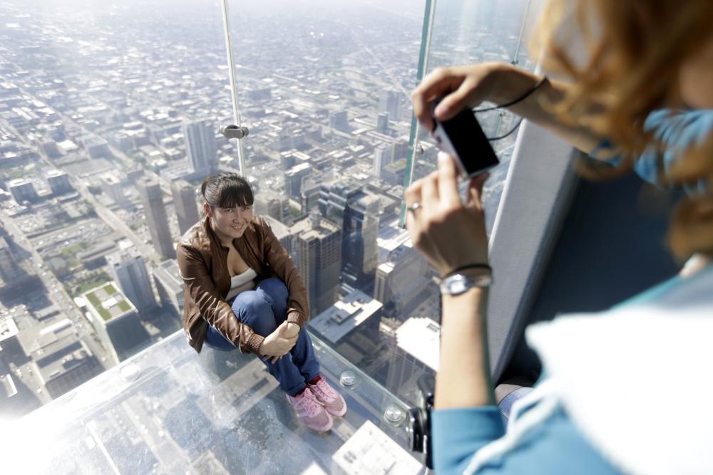 Χιλιάδες τουρίστες επισκέπτονται τον συγκεκριμένο ουρανοξύστη για να φωτογραφηθούν εκεί και να θαυμάσουν την θέα της πόλης
