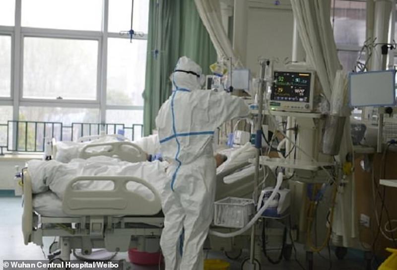 Γιατροί και μέλη του νοσηλευτικού προσωπικού με στολές ΡΒΧΠ περιθάλπουν ασθενείς στις μονάδες εντατικής θεραπείας του Κεντρικού Νοσοκομείου στο Βουχάν.