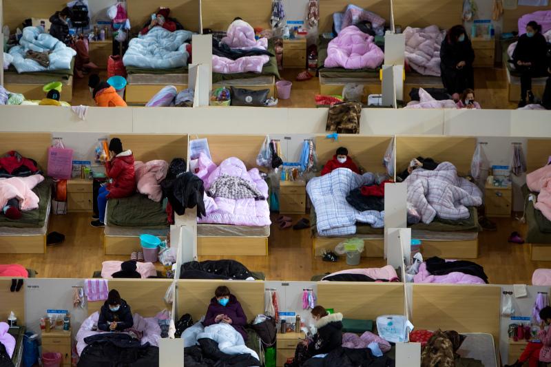 Φορείς του κορωνοϊού σε αθλητικό κέντρο της Ουχάν που μετατράπηκε σε αυτοσχέδιο νοσοκομείο.