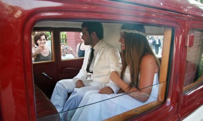 Σίσσυ Χρηστίδου Θοδωρής Μαραντίνης μετά το γάμο τους στο αυτοκίνητό τους