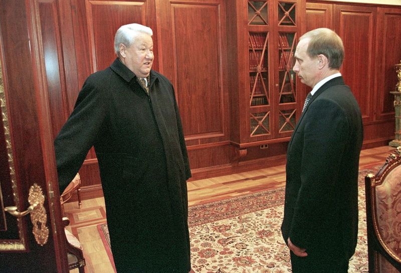 Ο Μπορις Γιέλτσιν υποδέχεται τον Βλαντίμιρ Πούτιν στο Κρεμλίνο στις 31 Δεκεμβρίου 1999.
