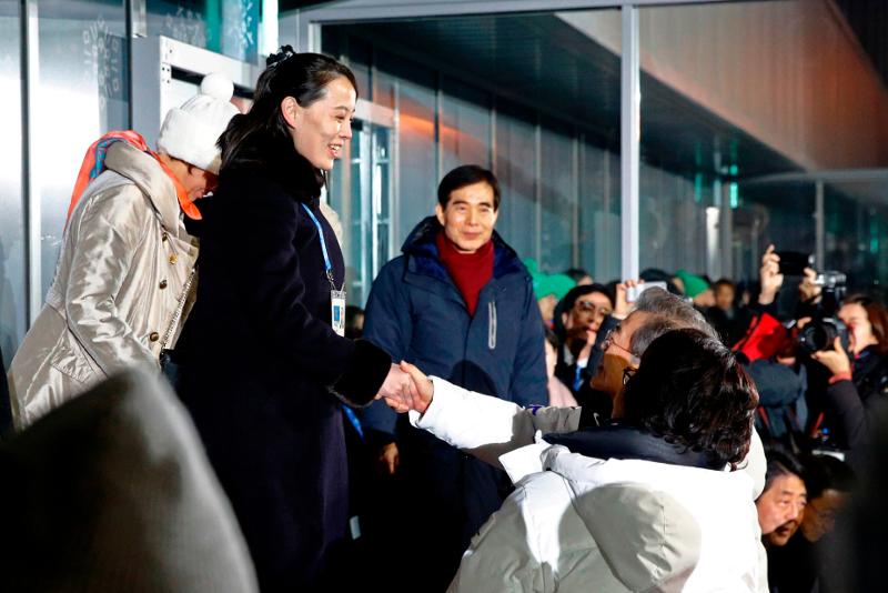 Η Κιμ Γιο Γιονγκ δίνει το χέρι στον πρόεδρο της Νότιας Κορέας, Μουν Τζάε Ιν κατά την τελετή έναρξης των περσινών Χειμερινών Ολυμπιακών Αγώνων.