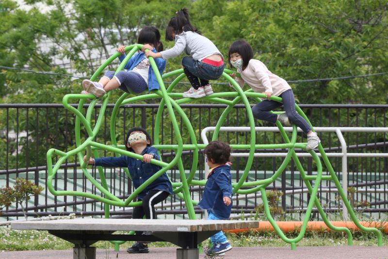 Ακόμη και τα παιδιά εφαρμόζουν τις συστάσεις για χρήση μάσκας, όπως σ' αυτή την παιδική χαρά στη Γιοκοχάμα