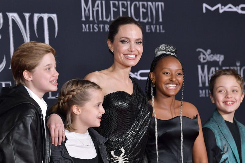 Η Ζαχάρα, η 14χρονη κόρη της Αντζελίνας Τζολί φόρεσε κοσμήματα που σχεδίασε η ίδια συνοδεύοντας την μητέρα της στην πρεμιέρα της ταινίας στο Λος Άντζελες