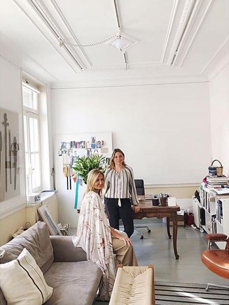 Η Μαρέβα Μητσοτάκη με την φίλη και συνεργάτιδά της, Δήμητρα Κολοτούρα, στα γραφεία της εταιρείας τους «Zeus+Δione»