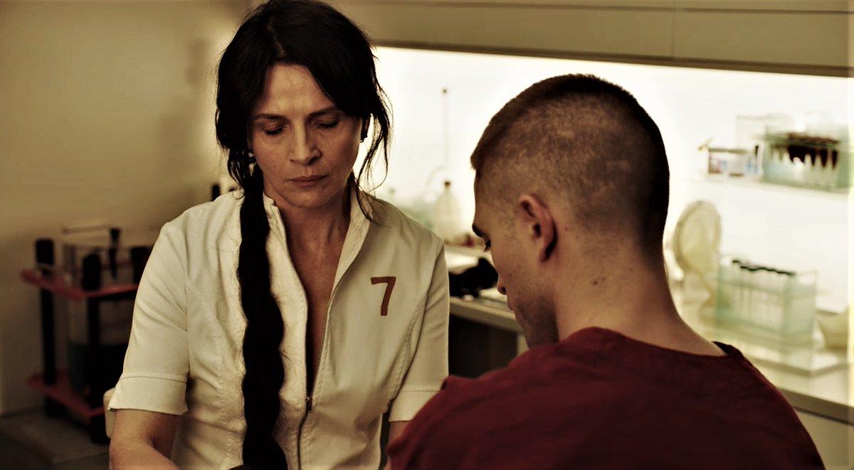 Ζιλιετ Μπινος εξετάζει ασθενή