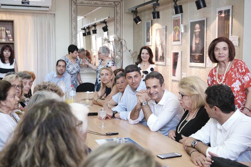 Μητσοτάκης σε τραπέζι με γυναίκες