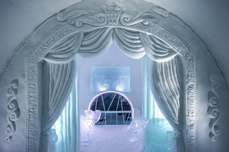 Το δωμάτιο «Μια νύχτα στο Θέατρο» με την αυλαία από πάγο