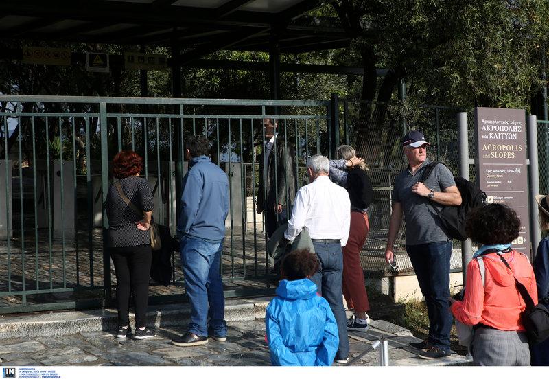 Τουρίστες έξω από τον κλειστό αρχαιολογικό χώρο της Ακρόπολης -Φωτογραφία: Intimenews/ΚΑΠΑΝΤΑΗΣ ΔΗΜΗΤΡΗΣ