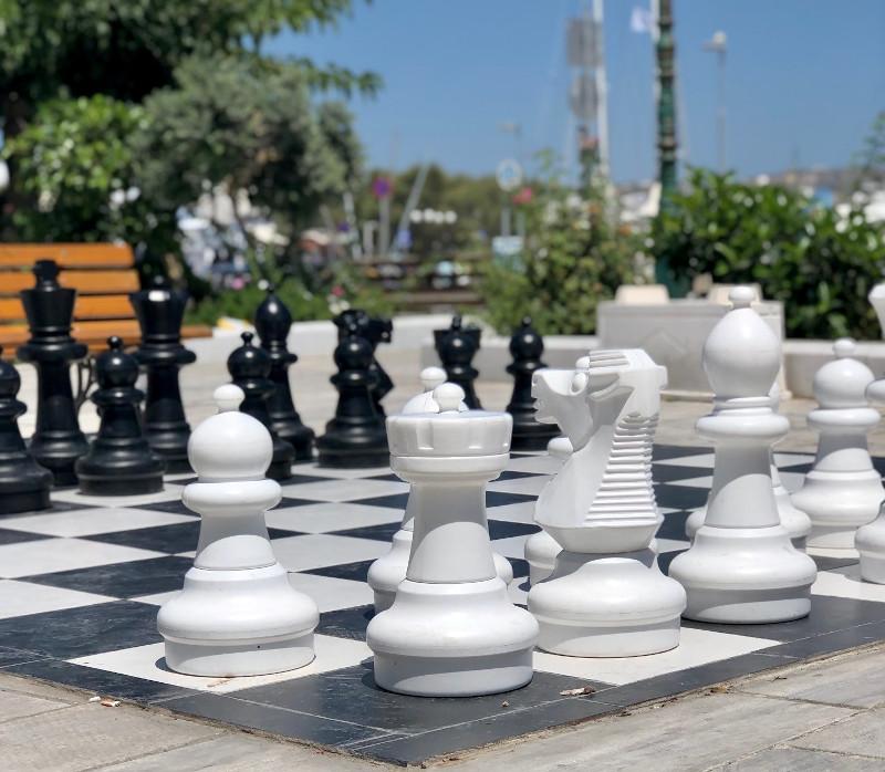 Μια υπαίθρια σκακιέρα έχει τοποθετηθεί στον Αδάμαντα στέλνοντας το μήνυμα ότι το σκάκι  αποτελεί στοιχείο μίας ανώτερης πολιτισμικής συμπεριφοράς.