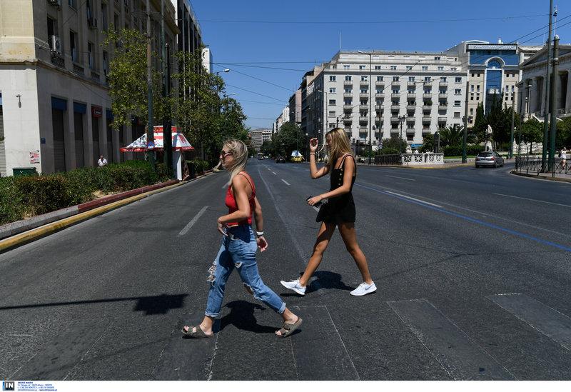 Δύο τουρίστριες στην έρημη Αθήνα -