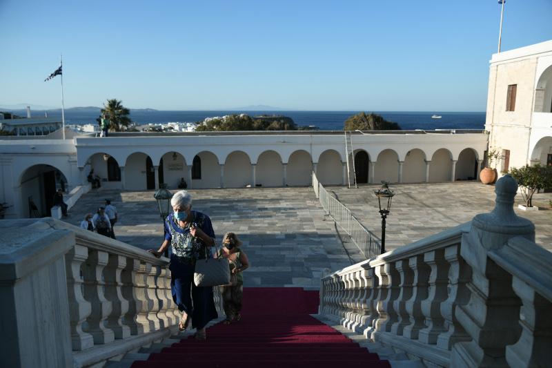 Αδεια τα σκαλιά που οδηγούν στο ναό, τα οποία κάποτε ήταν γεμάτα κόσμο.