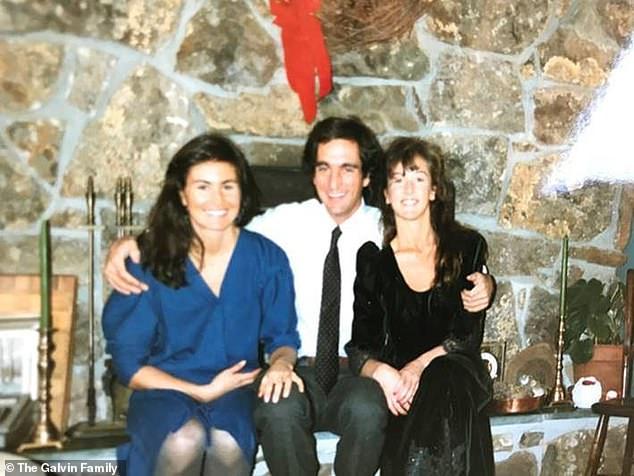 Η Λίντσεϊ (δεξιά) και η Μάργκαρετ (αριστερά) με τον αδερφό τους Μάθιου, το 1989, όταν η σχιζοφρένειά του ήταν υπό έλγχο