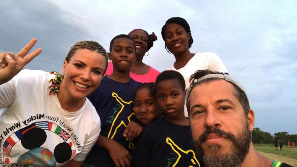 Η Αντελίνα με ράστα  και ο Χάρης Βαρθακούρης στην Καραϊβική