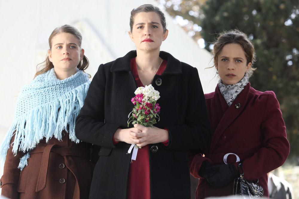 Οι τρεις αδερφές Σταμίρη έξω από την εκκλησία σε σκηνή της σειράς Άγριες Μέλισσες