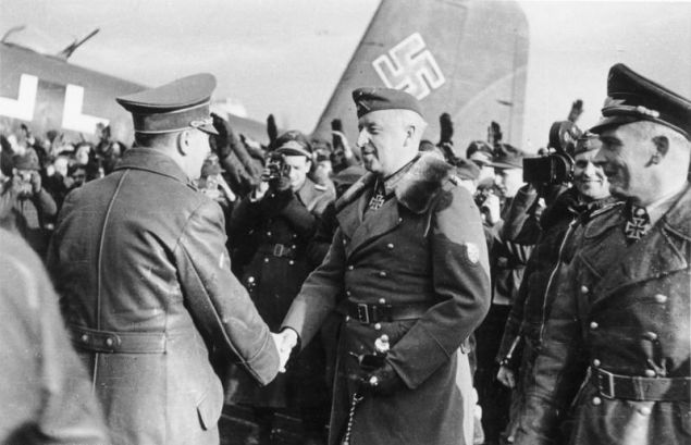 Ο Χίτλερ στο Ζαπρόζιγιε της Ουκρανίας στις 10 Μαρτίου του 1943. Τον υποδέχεται ο Έριχ φον Μάνσταϊν, ενώ δεξιά διακρίνονται ο Βόλφραμ φον Ριχτχόφεν και ο Χανς Μπάουρ / Φωτογραφία αρχείου: Wikipedia