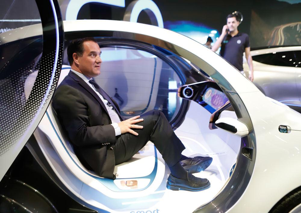 Ο Άδωνις Γεωργιάδης στο εσωτερικό του πρωτότυπου αυτοκινήτου Smart Vision EQ στην «Αυτοκίνηση»