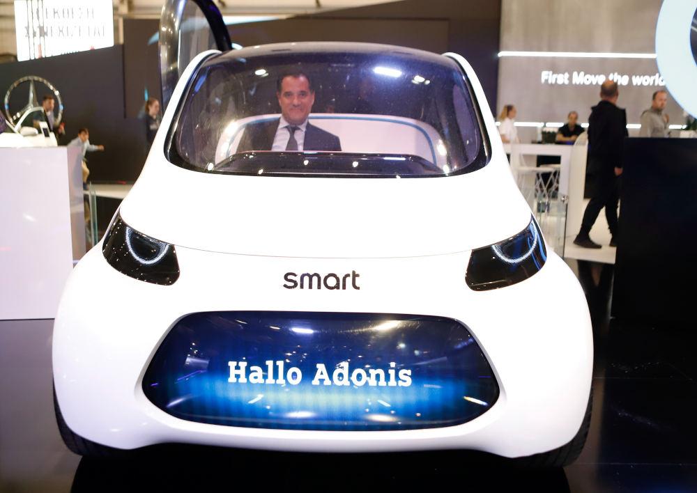 Το νέο smart χαιρετά τον Άδωνι Γεωργιάδη στα γερμανικά, στην έκθεση «Αυτοκίνηση»