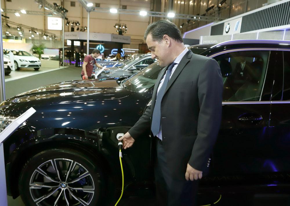 Ο Άδωνις Γεωργιάδης πλάι σε ένα μοντέλο της BMW που κινείται με ηλεκτρική ενέργεια