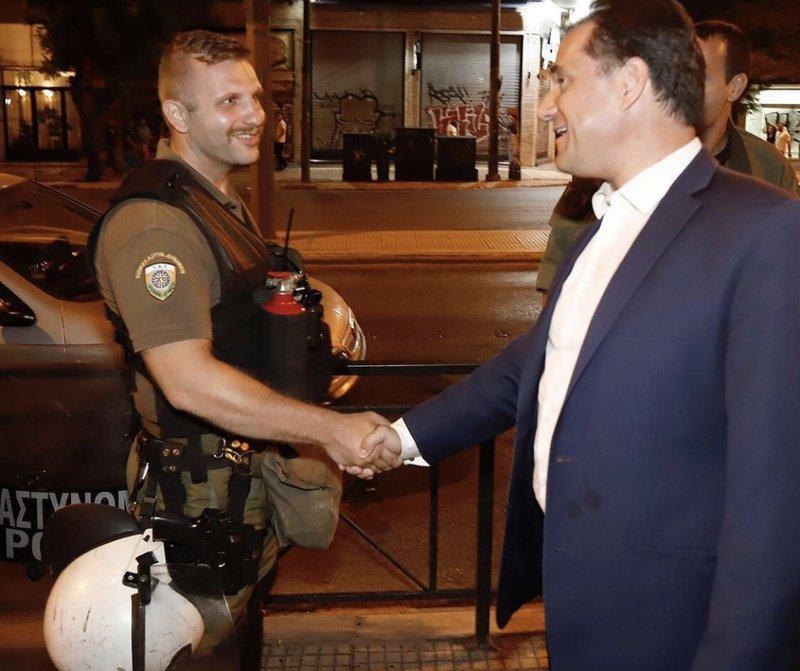 Χειραψίες, χαμόγελα και υποσχέσεις από τον Αδωνι Γεωργιάδη στους άνδρες των ΜΑΤ