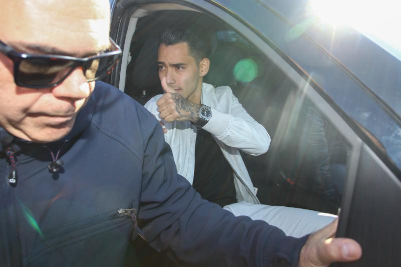 Ο Αραούχο στο αυτοκίνητο που τον παρέλαβε / Φωτογραφία: Eurokinissi