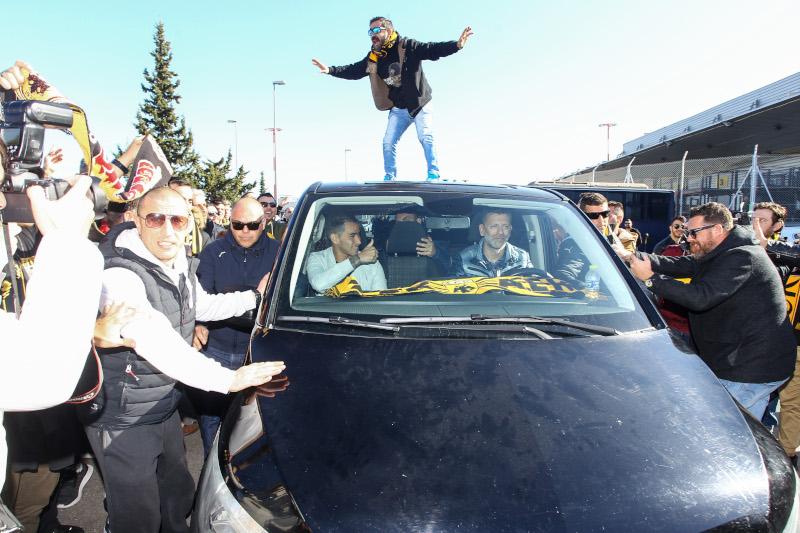 Στην οροφή του αυτοκινήτου ανέβηκε ένας οπαδός της ΑΕΚ / Φωτογραφία: Eurokinissi