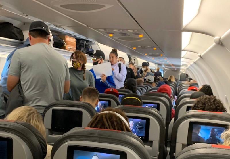 Κορωνοϊός-ΗΠΑ: Ποια μέτρα; -Αεροσκάφος γεμάτο επιβάτες, ελάχιστοι ...