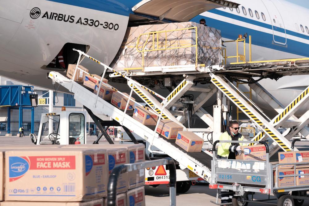 ΕΥΧΑΡΙΣΤΟΥΜΕ ΚΙΝΑ! Αεροπλάνο της Air China έφερε 500.000 μάσκες ...