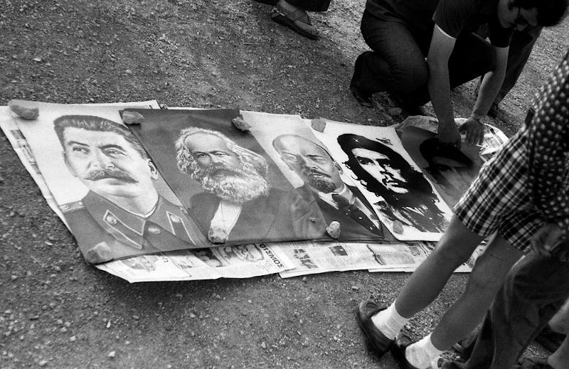 Στον δρόμο πωλούνται αφίσες των Στάλιν, Μάρξ, Λένιν, Τσε Γεβάρα.1975.