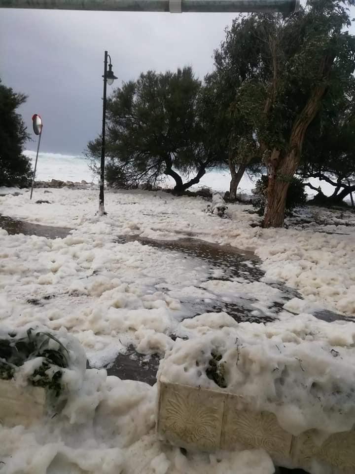 Η κακοκαιρία «Βικτώρια» έντυσε στα λευκά την παραλία των Οθωνών
