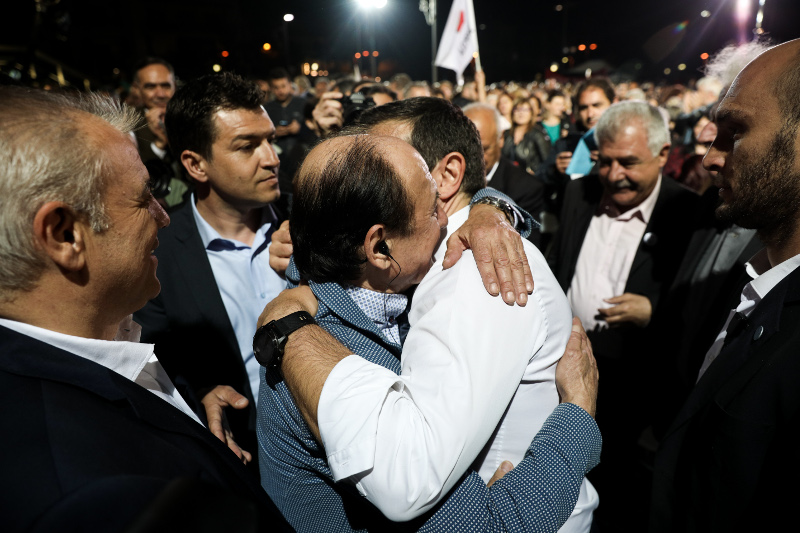 Η αγκαλιά του Αλέξη Τσίπρα με τον Θύμιο Λυμπερόπουλο