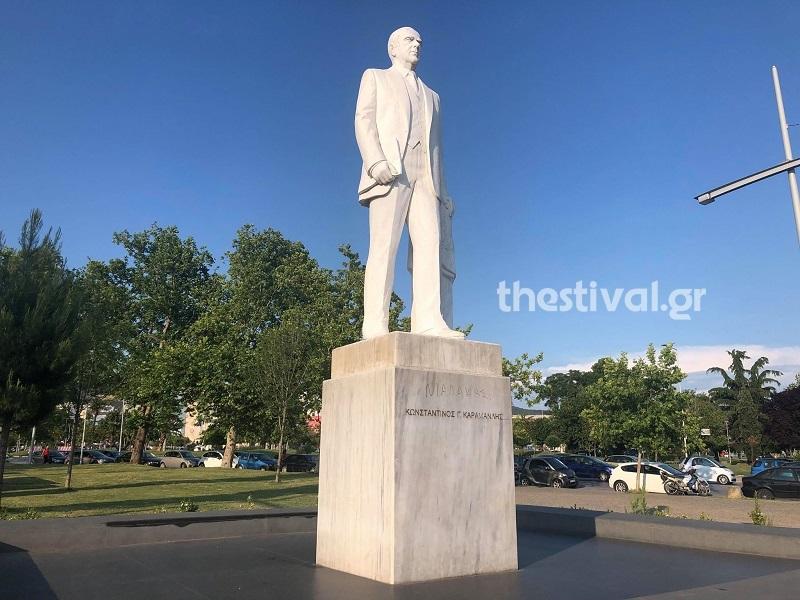 Υβριστικό χαρακτηρισμό έγραψαν άγνωστοι στο άγαλμα του Κ. Καραμανλή