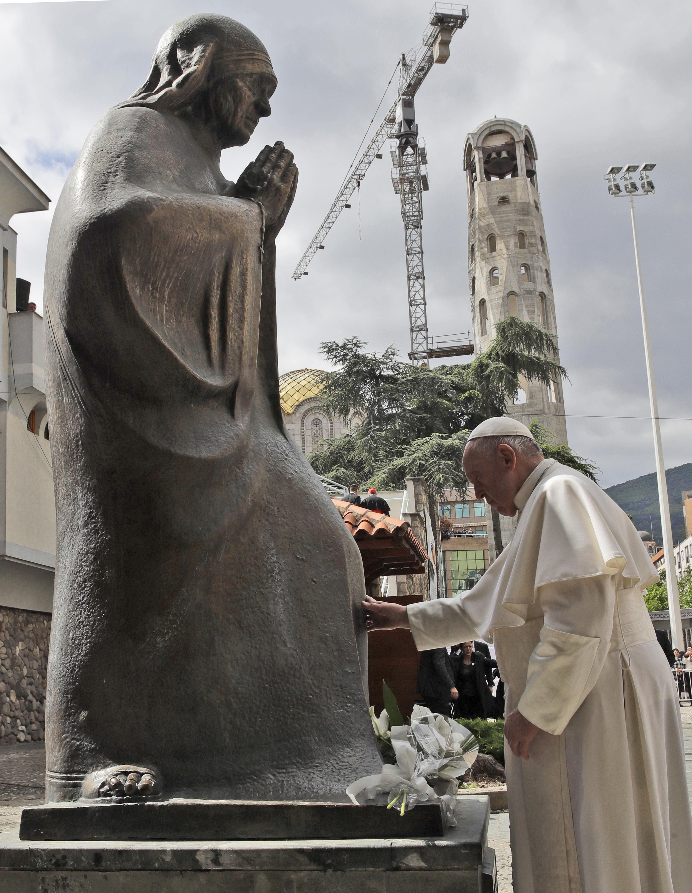 Ο Πάπας Φραγκίσκος αγγίζει το άγαλμα της Μητέρας Τερέζας