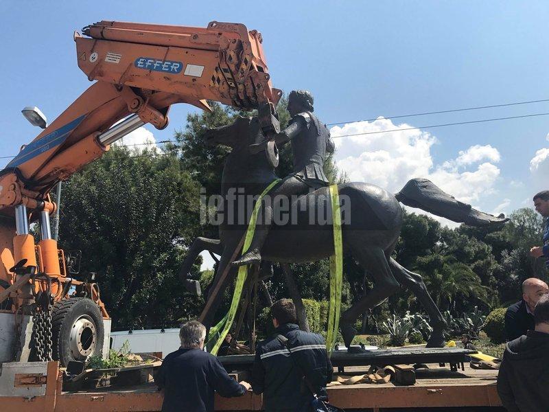Το άγαλμα επάνω σε γερανό