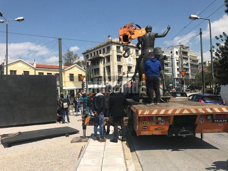 Συνεργεία ετοιμάζονται να κατεβάσουν το άγαλμα από τον γερανό