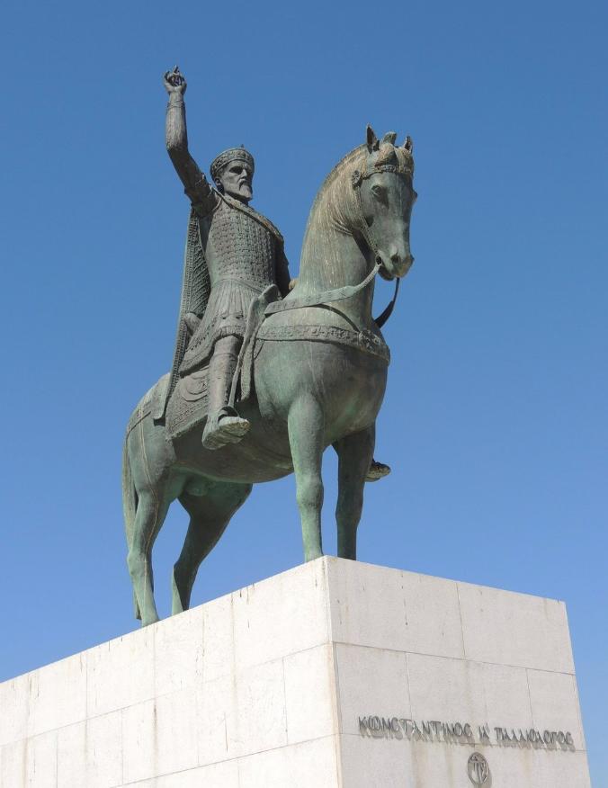 Ο έφιππος Κωνσταντίνος Παλαιολόγος σε άγαλμα που βρίσκεται στην παραλία του Παλαιού Φαλήρου