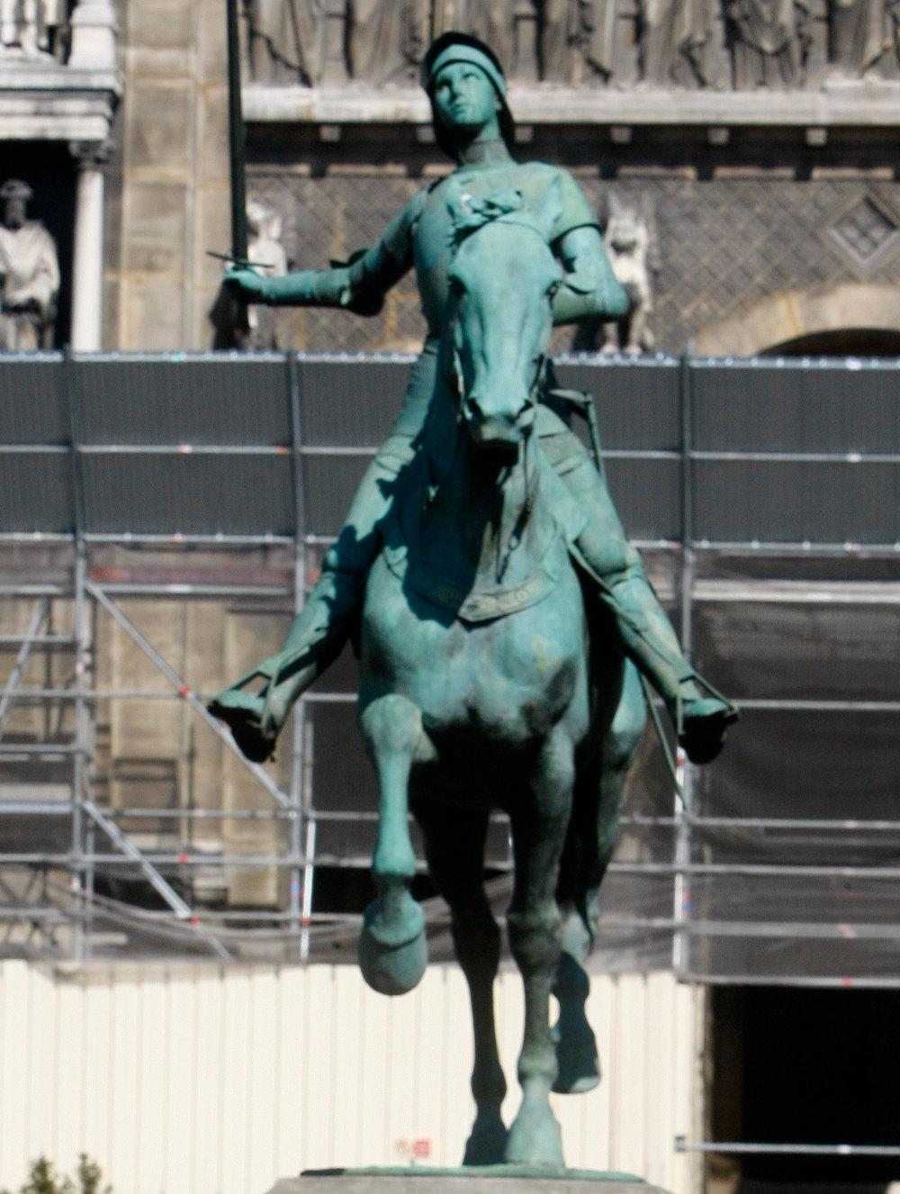 Μπρούτζινο άγαλμα της έφιππης Ιωάννας της Λωραίνης στο Παρίσι