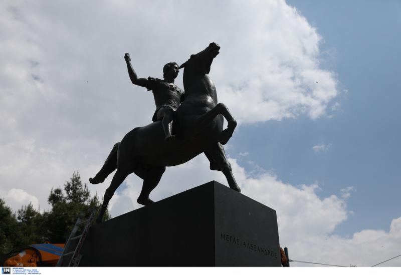 Το άγαλμα του Μεγάλου Αλεξάνδρου, φωτογραφική λήψη από την κάτω πλευρά