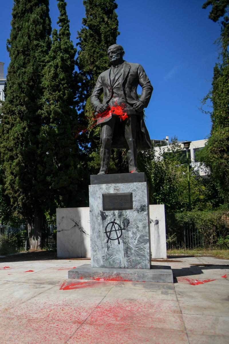 Κόκκινες μπογιές στο άγαλμα του Τρούμαν