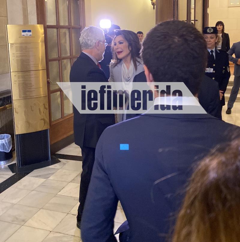 Ο επικεφαλής του καναλιού της Βουλής Νίκος Σίμος υποδέχεται την Γιάννη Αγγελοπούλου