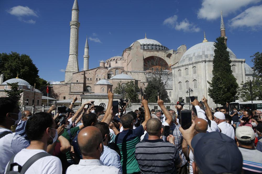 Τούρκοι έξω από την Αγιά Σοφιά αναμένουν την απόφαση του δικαστηρίου