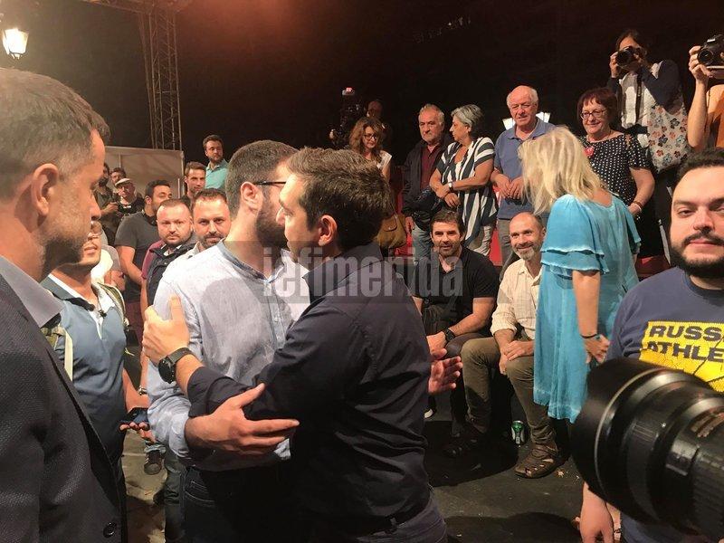 Η αγκαλιά του Αλέξη Τσίπρα με τον Νάσο Ηλιόπουλο