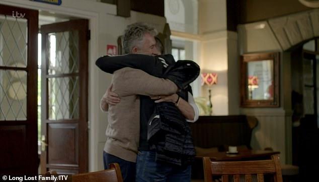 Η συγκινητική στιγμή που γονείς και γιος αγκαλιάζονται μετά από 40 χρόνια