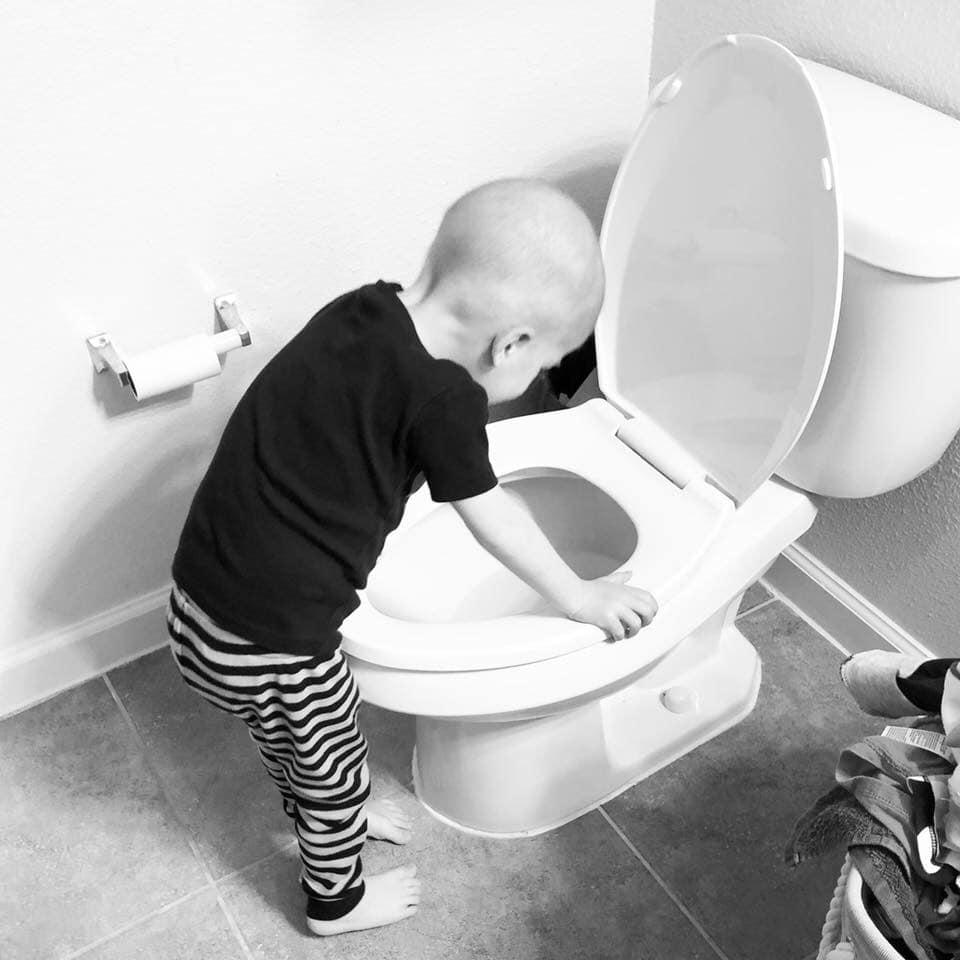 Αγοράκι με κακρίνο κάνει εμετό στην τουαλέτα