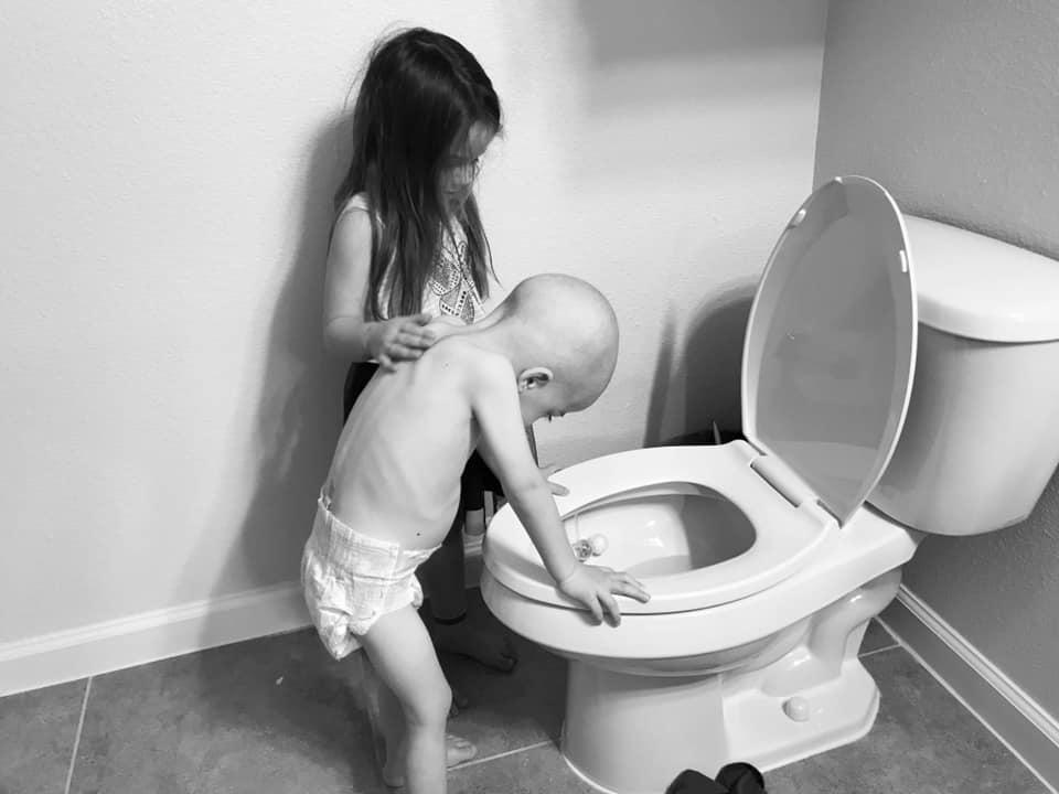 αγοράκι με καρκίνο με την αδελφή του στο πλάι κάνει εμετό