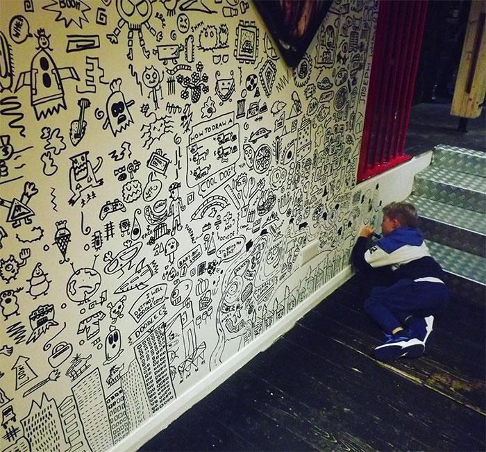 αγορι ζωγραφιζει τοίχο