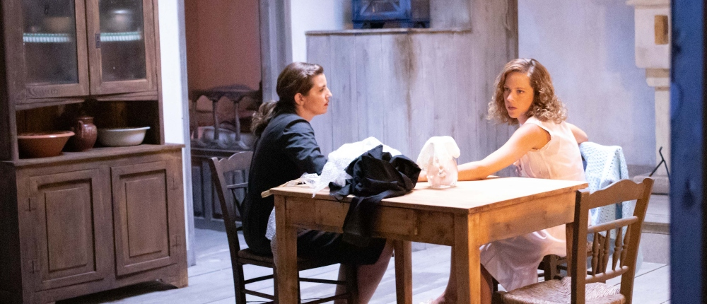 δυο γυναίκες σε τραπέζι