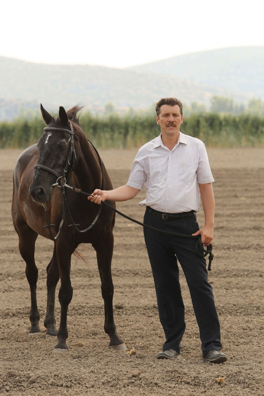 αντρας με άλογο