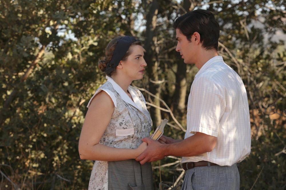 Η Ελένη (Μαρία Κίτσου) και ο Λάμπρος (Δημήτρης Γκοτσόπουλος) σε σκηνή από τη σειρά «Άγριες Μέλισσες»